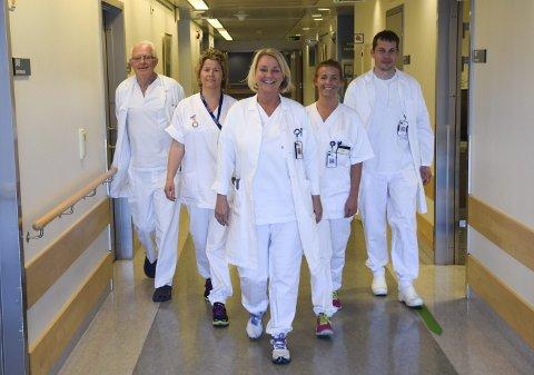 EN BEDRIFT I BEDRIFTEN: Målet om å være landets beste innen sitt felt får de nesten 100 ansatte på hjerteseksjonen ved SiV til å gå i samme retning. Her er (f.v.) Kenneth Knutsen (lege og seksjonsleder), Tine Sandquist (verneombud og sykepleier), Torill Holthe (seksjonsleder og sykepleier), Sara Jakobsen (teamleder sykepleie) og Vidar Ruddox (konstituert overlege).