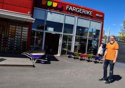 TRADISJONER: Thomas Bergmann Løkeberg kjøpte Meyers Farvehandel i 2011. Butikken drives fortsatt Odd Meyers prinsipper om service og kunnskap.
