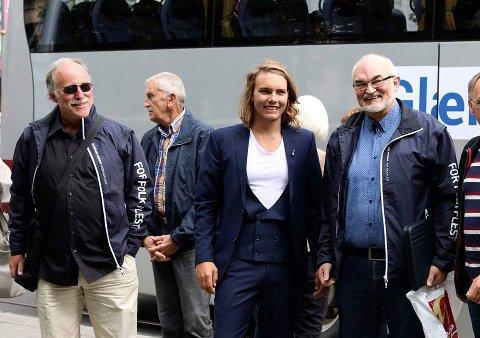 GODT FORNØYD:  – Gledelig at folk fortsatt har tillit til oss, på tross av all motstanden vi har fått i valgkampen, sier Johannes Marseth (i blå dress) fra Nesodden Frp.