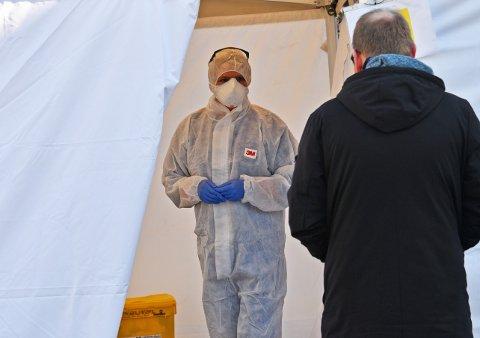 Tone Martinsen fra Nesodden kommune tar imot en som er sendt til prøvetaking utenfor teltet. Foto: Trond Folckersahm