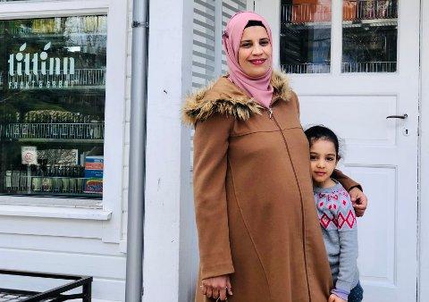 Fatna Jghima, med datteren Anina (5), er klar for å åpne butikk.