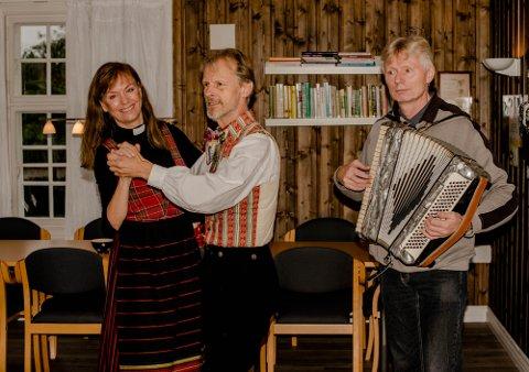 Søndag blir det folkemusikk og dans å Ås arbeidskirke. Her øver prost Hege E. Fagermoen og Springar'ns leder Bjarne Braastad på en svingom, mens kantor Jostein Grolid trakterer trekkspillet. På søndag overtar De Frilynde spillinga.