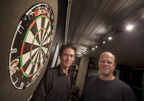 Klare for cup: Ole Andreas Rosenberg (t.v.) og Rune Nordgaard har alt klart for helgens dartturnering med de beste spillerne fra det ganske land.foto: stig sandmo