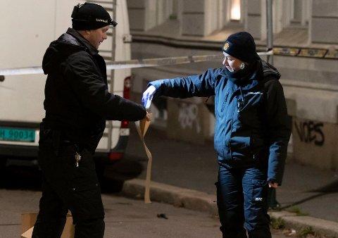 ÅSTED: Politifolk sikrer spor på stedet etter at det ble løsnet skudd i Fossveien 28. november i fjor. Mandag må to menn møte i Oslo tingrett.