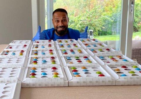 Sayed Ibrahim (47) lager og selger konfekt fra kjøkkenet sitt. innpakningen har han fått designet i Barcelona.