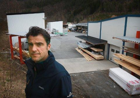 Daglig leder  Jan Peter Pettersen har levert tusenvis av hytter fra Russånes. Nå utvider selskapet kontorstedene i Sør-Norge.