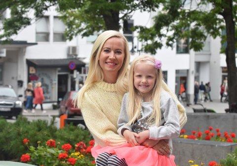 Kristine Engan Imingen er motivert i jobben som prosjektleder for Bodø kommune, og tenker at potensialet for områdene Saltstraumen og Gamle Skjerstad kommune er stort. Her sammen med datteren Tomine.