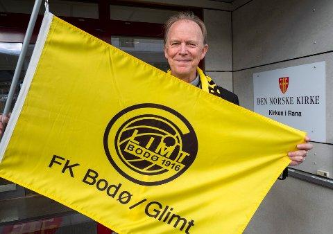 Prost Leif Roald Larssen er Bodø-Glimt supporter på sin hals. Hadde han hatt flagg hjemme, ville det svaiet fra verandaen hjemme på Mjølan søndag kveld. Foto: Øyvind Bratt