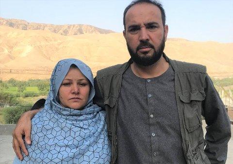 Bildet av Bibi og Zalmay ble tatt hjemme hos familien i Nord-Afghanistan sist torsdag. Det er første gang på mange år at Bibi har måttet bruke hijab.