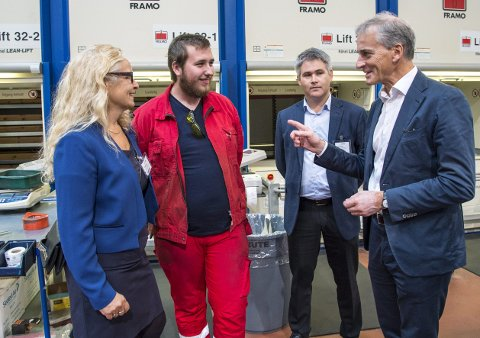 ENIG: Jonas Gahr Støre var begeistret for TAF-lærling Sebastian Nygård (i rødt). T.v. stortingsrep. Ruth Grung, og bak ordfører Øyvind Oddekalv.