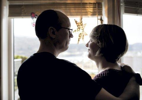 HOLDER SAMMEN: Ann Helen og                                                                                                    Pål har vært kjærester i ti år, gift i seks av dem. Men først de fire siste årene har hun fått bli kjent med den rusfrie versjonen av mannen sin. Av hensyn til barna, og i tråd med retningslinjene til Anonyme alkoholikere,                                                                                     ønsker de å være anonyme.FOTO: SKJALG EKELAND