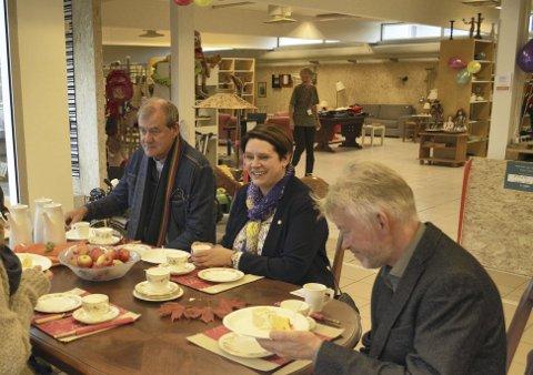 I likhet med ordfører Marte Mjøs Persen (midten) er både sogneprest Thor Brekkeflat (t.v.) og kapellan Lars Petter Eide opptatt av klima, miljø og bærekraftig liv med gjenbruk. (Foto: TOM R. HJERTHOLM)