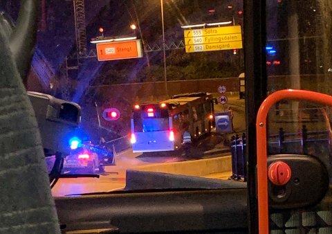 En buss på vei inn i Løvstakktunnelen fikk assistanse av politiet til å rygge tilbake.