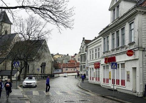 Øvregaten: Det er i bygningen som i dag huser dagligvarebutikken at Helse Bergen ønsker å opprette et LAR-tilbud til om lag 40 ruspasienter i Bergen. FOTO: GEIR KVILE