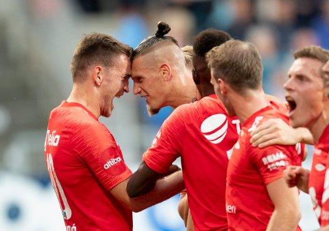 Vito Wormgoor feirer scoringen sin mot Haugesund sammen med Amer Ordagic. Brann møter Mjøndalen på hjemmebane fredag kveld.