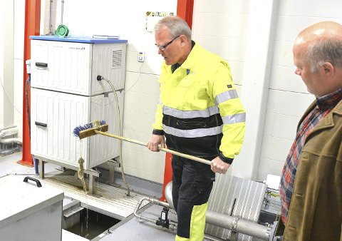 IKKE BRA: I løpet av et par sekunder fisker Trygve Knutson opp noen våtservietter. – Dette bidrar til å øke renovasjonsavgiften, sier Torger Ask i Modum kommune.