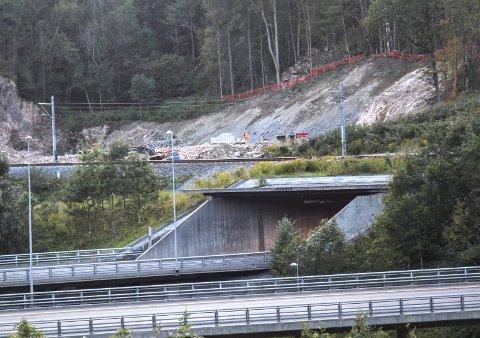Tverrslagstunnel: Her på Dansrud i Kobbervikdalen er de forberedende arbeidene i gang for det som skal bli en tunnel som skal fungere som rømnings- og servicevei når den nye hovedtunnelen settes i drift. I tillegg skal den brukes i anleggsfasen, til å frakte ut steinmasser fra drivingen av bergtunnelen.