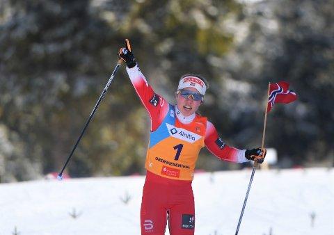 MAKTDEMONSTRASJON: Helene Marie Fossesholm har nå to individuelle gull i junior-VM. På fellestarten kunne hun juble med flagget i hånda, uten at noen andre utøvere var å se.