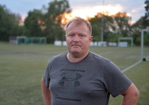 REAGERER: Jan Ragnar Gevelt er banemester i Vikåsen idrettslag. Han unner russen og ungdommen all fest og moro, men reagerer på oppførselen til en del da det skulle bli arrangert kjøttkamp tirsdag kveld.