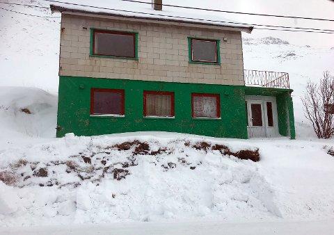 GRAVD BORT:  Ved inngangsdøren ser man at det ikke lenger er noen grunn. Det er dette huseier vil ha rettet opp i.