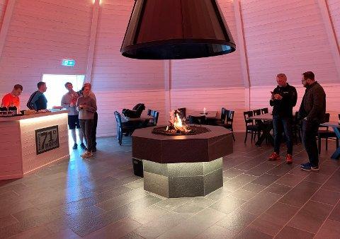 ÅPNINGSDAG: Det var flere mennesker på plass da Finnmarksposten tok turen til lavvoene på Sarnes onsdag 17. juni. Foto: Lars-Magnus Hildal Røttingen