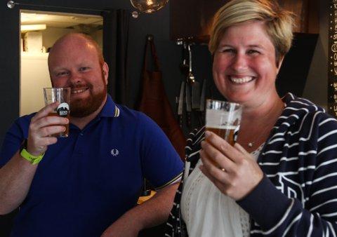 Gareth Alwyn Rowlands og Mai Tuominen kom heilt frå Stavanger for å delta på omvisning på Kinn bryggeri.