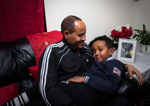 LYKKE: Far og son kan endeleg ha nærkontakt og leve som ein vanleg familie.