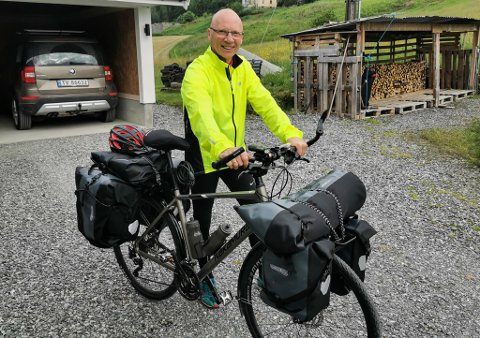 GODT UTSTYRT: Sykkelen er utstyrt med ekstra høgt styre, seks vesker som han reknar med vil romme rundt 30 kilo fullt pakka. I tillegg har han tripteljar og GoPro-kamera montert på styret.