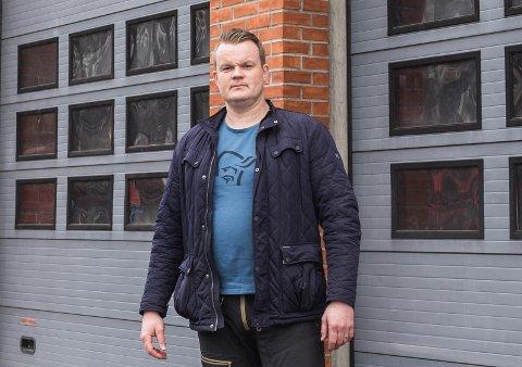 DÅRLEG PLASSERING: Anders Fossedal i Sunnfjord brann og redning, avdeling Førde, seier stasjonen på Øyrane er plassert feil. – Med tanke på ein god brannberedskap i Førde, så må vi ha ei meir sentral plassering.