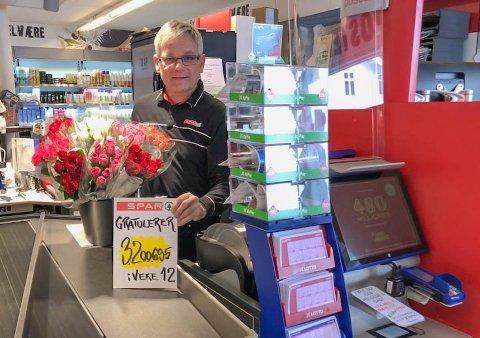 GEVINST: Ein av kundane til Olav Birkeland i Bygstad har vunne 3,2 millionar kroner i lotto.