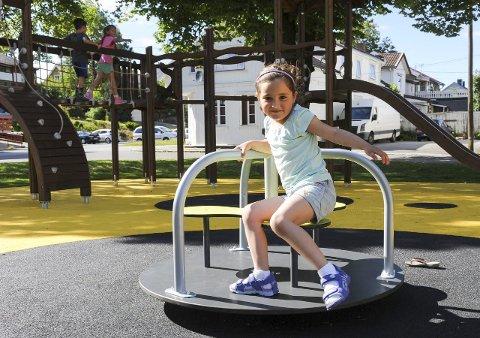 Karusell: Lara Ghavidel snurret rundt på karusellen og lekte med de andre barna på det fine torvet. Foto: Jan Erik Skau