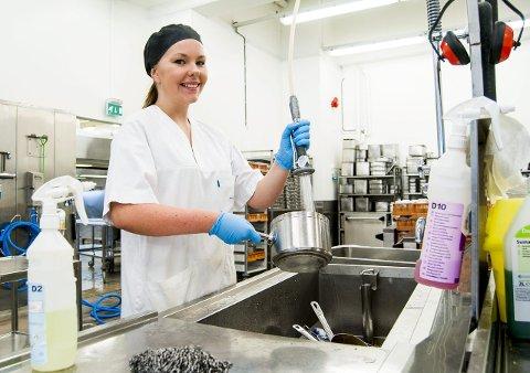 Orden på kjøkkenet: Maria Bjerkensjø (21) er vikar på Sykehuset Østfold og har en allsidig hverdag på kjøkkenet. – Det er mange unge på kjøkkenet nå som det er sommer, sier Fredrikstad-jenta.