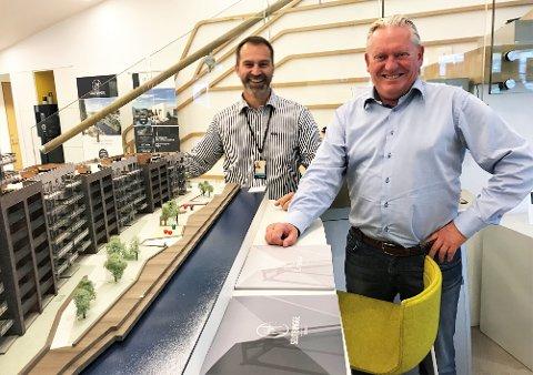 GLADE GUTTER: Håkon Fossvik og Geir Winther i Eiendomsmegler 1 tror på en robust utvikling for boligprisene i Fredrikstad. Det samme gjør byens innbyggere ifølge Prognosesenterets nye undersøkelse.