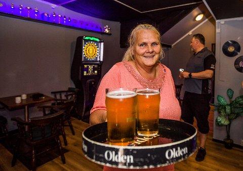 GLAD I UNGDOM: Ingvild Rødje på Dragen Pub skulle gjerne beholdt 18-årsgrensen på Dragen Pub også i helgene, men mye bråk i køen utenfor gjør at hun setter opp aldersgrensen.