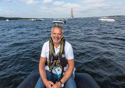 Fornøyd: Prosjektleder Ingar Guttormsen fikk tid til å nyte synet av utseilingen fra en rib i Løperen. Han var rørt og glad over de mange oppmøtte både i fritidsbåter og på land.