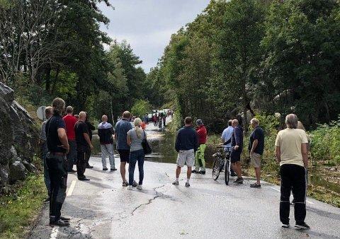 ISOLERT: Lonøyveien på Hvaler ble stengt etter uværet søndag morgen. Over 1.000 fastboende ble isolert.