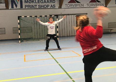 STOPPET MURI: Keeper Mathias Wilhelmsen gikk seirende ut av en duell med Maia Muri under mandagens trening i Kongstenhallen.