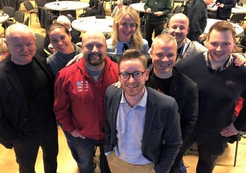 BREDT OPPMØTE: Representanter fra de fleste ambisiøse klubbene i byen var på plass. Her et knippe av dem: Fra venstre; Per-Mathias Høgmo (FFK), Birgit Vallestrand (Nedre Glomma turn), René Hansen (Stjernen), Anette Hovind Johansen (FFK), Klas Pettersen (Atlas), Eirik Haugdal (FBK) og Erling Strand (Olympiatoppen Øst). Foran: André Flatner (idrettssjef Fredrikstad kommune).