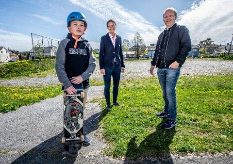 KAN BLI SKATEPARK PÅ GRESSVIK: Joachim Moum og sønnen Andreas fikk 450.000 kroner til halvparten av skateparken. Ellen Annette Nordli kom fra Sparebankstiftelsen DNB med pengene.