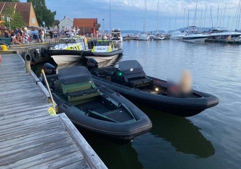 De to mennene i den hurtiggående båten, en Goldfish 28 Bullit satte kursen nordover, med politiet etter. De to mennene i båten la til kai i Son havn, og hoppet inn i en taxi.