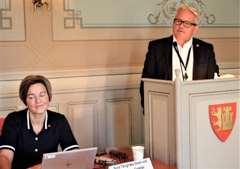 Bjørnar Laabak (Frp) sammenlignet et lobbyregister med pressens kildevern, og var svært skeptisk. Kommunedirektør Nina Tangnæs Grønvold anbefalte å si nei til et slikt register.