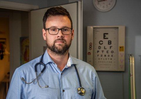 Kristian Jæger har vært fastlege i 5,5 år. Han er også varatillitsvalgt for alle fastlegene i Fredrikstad og forteller om høyt tidspress og arbeidspress.