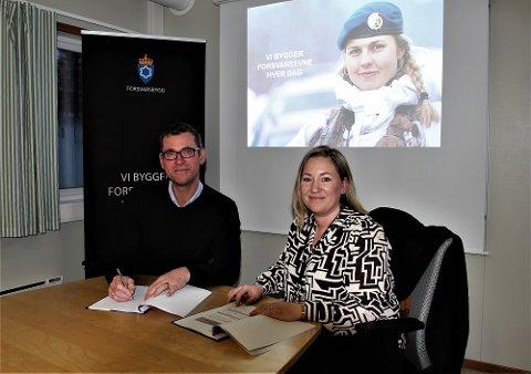 John Ommund Syvertsen, utbyggingssjef for Evenes, Forsvarsbygg, og Elisabeth Vollstad Moe, daglig leder i Harstad Maskin AS.