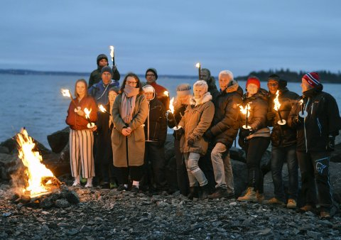 DELTAKERE: 14 personer var med på vardebrenning for å markere motstand mot oljeboring i Lofoten.
