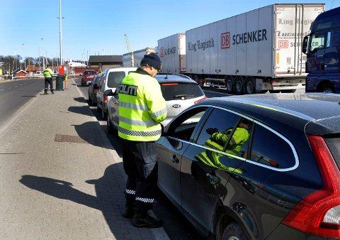 NULL BØTER: Thomas Rizi og Stine Jensen fra politiet kontrollerte torsdag formiddag sjåfører i ferjekø.