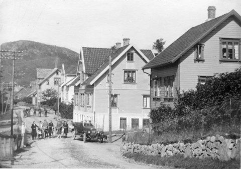 Bilde fra rundt 1920. Boerleiren midt i bildet. I huset nærmest dreiv Per Wølstad urmakerforretning i underetasjen, mens familien bodde ovenpå.