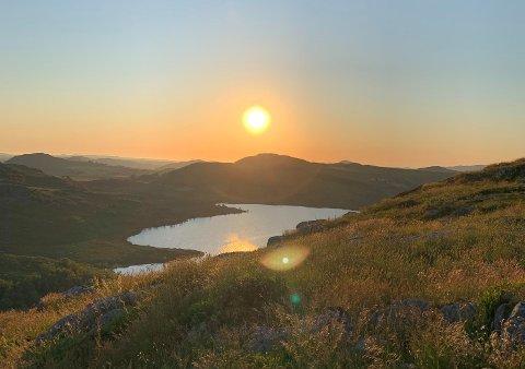 I helga kan det igjen bli sol og temperaturer over tjue grader. Her fra Kodlifjell en kveld i juni.