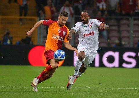 Martin Linnes har full spilletid i mesterligaen, her mot Lokomotiv Moskva-spiller Manuel Fernandes.