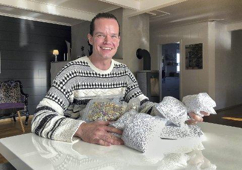 FUCK CANCER: Tor-Arne Leithe har valgt å være åpen om sin kreftdiagnose og tida etterpå. Nå oppfordrer han folk flest til å bli med på perledugnad på biblioteket lørdag, enten du vil lage eller kjøpe armbånd.bilder: kari gjerstadberget