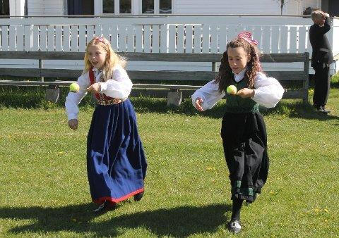ANNERLEDES: Det blir ingen feiring ved skoler og grendehus, men 17. mai-lekene kan fortsatt gjennomføres – i hagen. Her er Selma Stenshol og Anja Sophie Hoffmann under potetløp på Grinder i fjor.